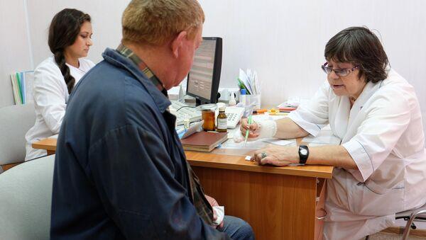 Пациент на приеме у врача в поликлинике. Архивное фото