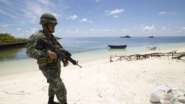 Филиппинский военный на на острове Титу в Южно-Китайском море