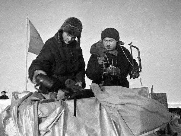 Начальник станции Северный полюс Иван Папанин и Петр Ширшов гидробиолог и океанограф упаковывают кухонную утварь во время эвакуации станции СП-1