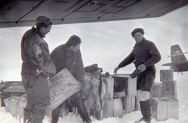 Выгрузка грузов экспедиции Северный полюс-1 на дрейфующую льдину в 1937 году
