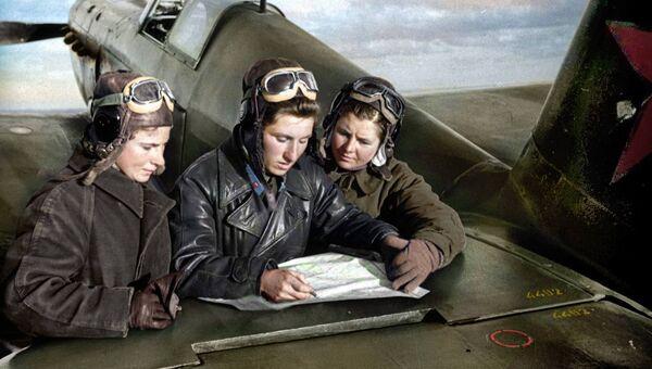 Летчицы 586-го истребительного авиаполка Лидия Литвяк, Екатерина Буданова и Мария Кузнецова возле истребителя Як-1