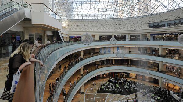 Посетители в помещениях торгово-развлекательного центра Афимолл-Сити