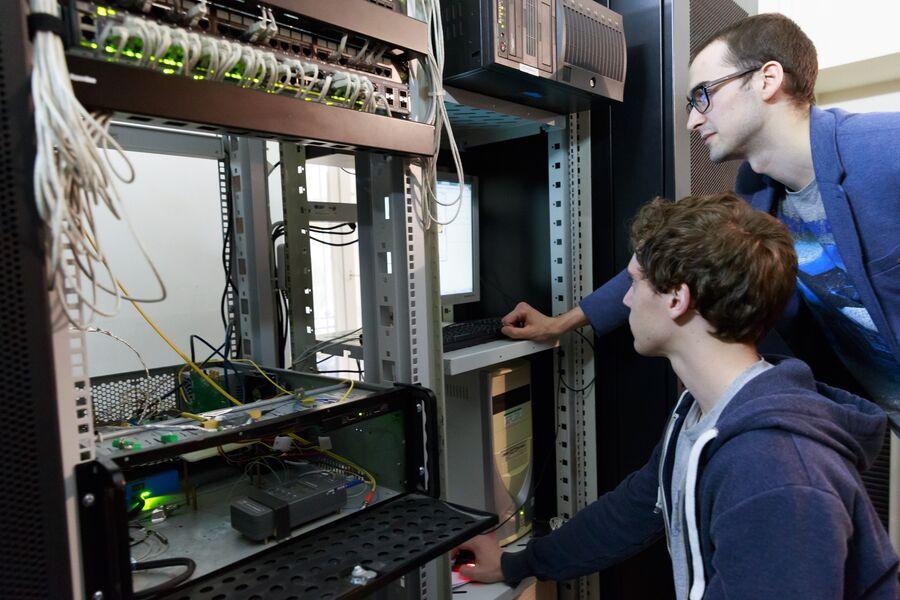 Обучение студентов из Университета Рочестера, США азам квантовой связи в ИТМО