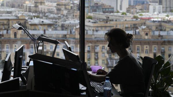Работа в офисе. Архивное фото