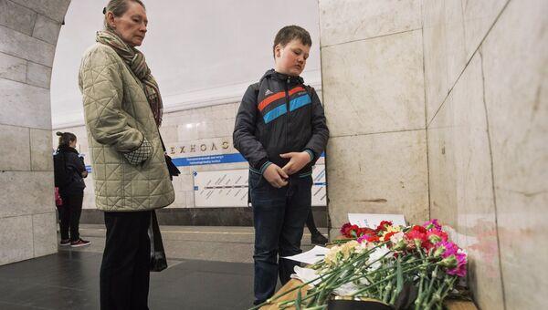 Цветы и свечи в память о жертвах террористического акта у станции метро Технологический институт на сороковой день теракта. Санкт-Петербург, 12 мая 2017