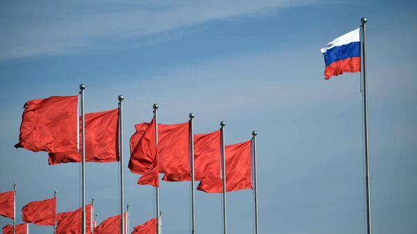 Флаги России и Китая. Архивное фото
