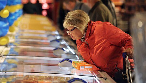 Покупатели в продуктовом супермаркете. Архивное фото