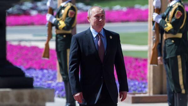 Президент РФ Владимир Путин перед церемонией официальной встречи председателем Китайской Народной Республики Си Цзиньпинем в Пекине. 15 мая 2017
