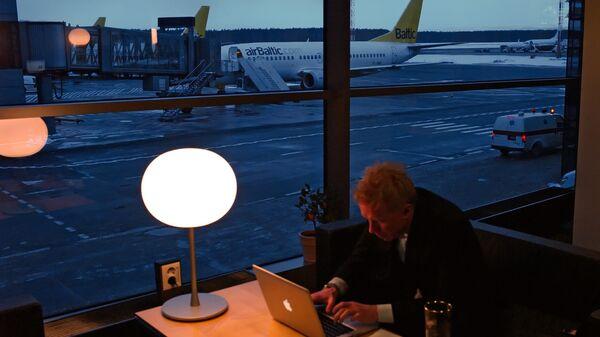 Вид на летное поле международного аэропорта Рига из зала ожидания