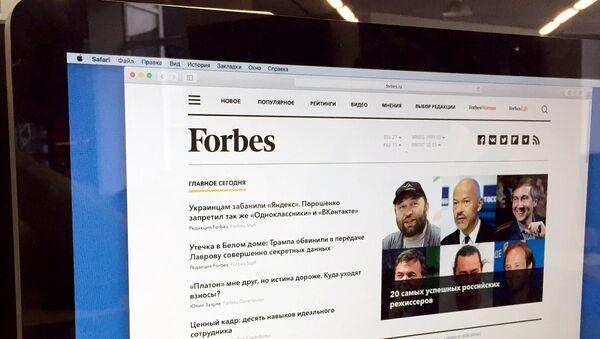 Главная страница сайта Forbes.ru на экране монитора. Архивное фото