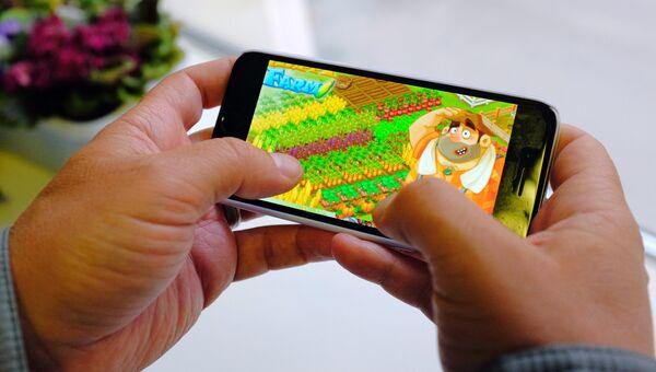 Экран смартфона с заставкой игры Ферма