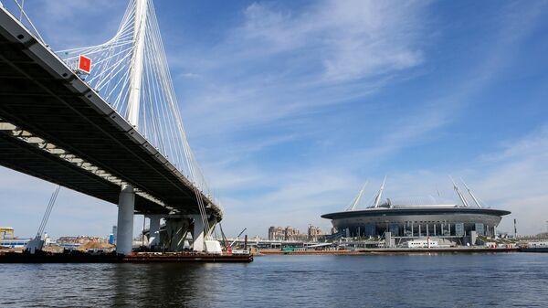 Стадион Санкт-Петербург Арена на Крестовском острове и мост через Петровский фарватер (участок Западного скоростного диаметра) в Санкт-Петербурге. Архивное фото