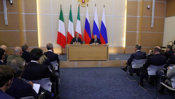 Президент РФ Владимир Путин и председатель Совета министров Италии Паоло Джентилони во время пресс-конференции в Сочи. 17 мая 2017
