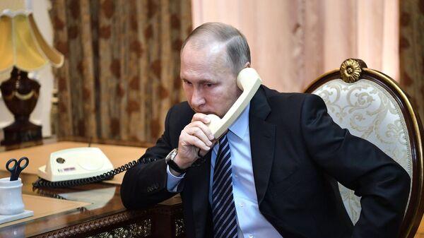 Владимир Путин во время телефонного разговора. Архивное фото
