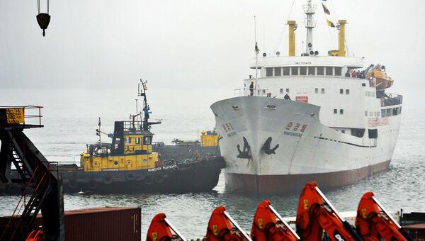 Северокорейское грузопассажирское судно Man Gyong Bong в порту Владивостока. Архивное фото