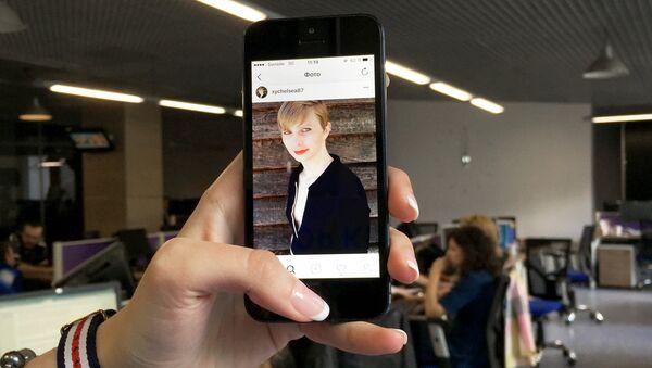 Страница Челси Мэннинг в Instagram на экране смартфона