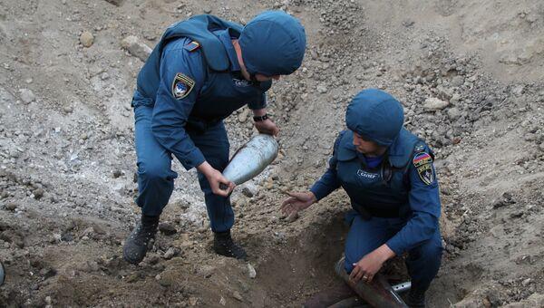 Сотрудники МЧС ДНР проводят разминирование участка. Архивное фото
