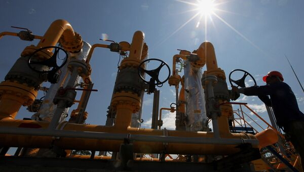 Рабочий у блока сепарационных установок на газораспределительной станции компании ОАО Газпром