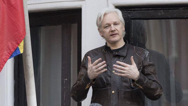 Сооснователь WikiLeaks Джулиан Ассанж на балконе здания посольства Эквадора в Лондоне. Архивное фото
