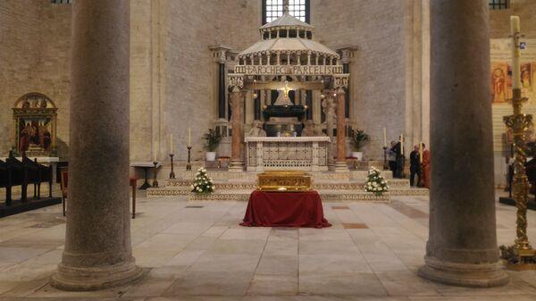 Ковчег с частицей мощей святителя Николая Чудотворца в алтаре базилики святителя Николая Чудотворца в Бари
