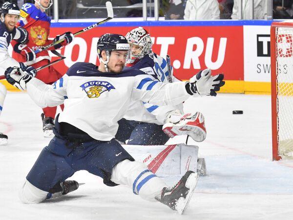 Игрок сборной Финляндии Йоонас Ярвинен защищает свои ворота