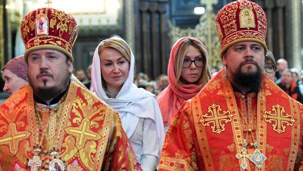 Верующие стоят в очереди в храме Христа Спасителя, где находится ковчег с мощами святителя Николая Чудотворца