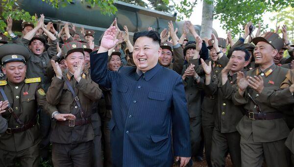 Северокорейский лидер Ким Чен Ын во время пуска ракеты Пуккыксон-2. 21 мая 2017