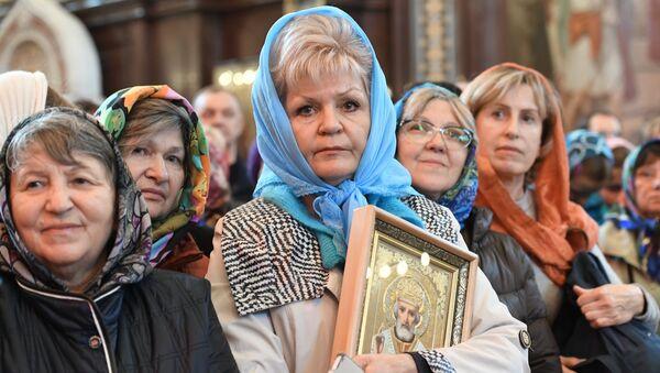 Поклонение верующих мощам святителя Николая Чудотворца в Храме Христа Спасителя
