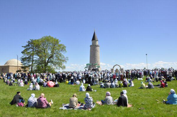 Паломники около Малого минарета во время молитвы
