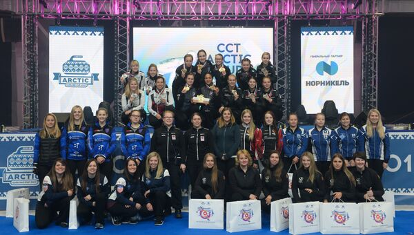 Счастливые победители: команда Анны Сидоровой, Россия (золото), команда Дженифер Джонс, Канада (серебро), команда Виктории Моисеевой, Россия (бронза)