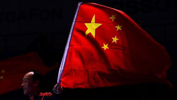 Мужчина с флагом Китая. Архивное фото
