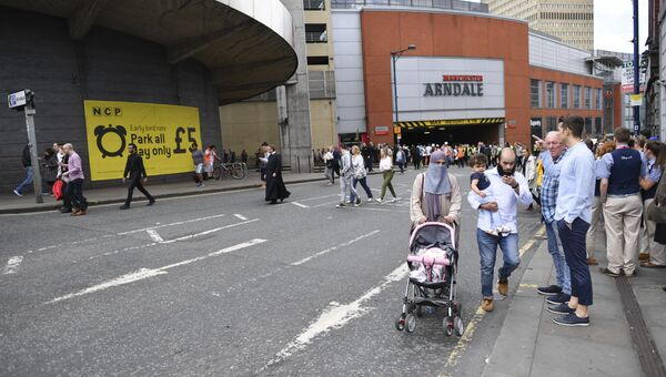 Люди покидают торговый центр Arndale в Манчестере, Великобритания. 23 мая 2017