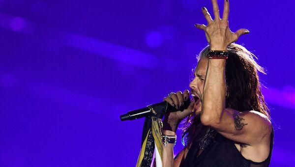 Солист американской группы Aerosmith Стивен Тайлер во время концерта в спорткомплексе Олимпийский в Москве
