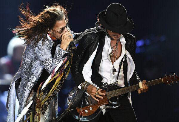 Солист американской группы Aerosmith Стивен Тайлер (слева) и гитарист группы Брэд Уитфорд во время концерта в спорткомплексе Олимпийский в Москве