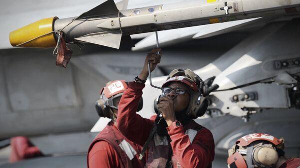 Моряки на палубе авианосца ВМС США George H.W. Bush в Персидском заливе