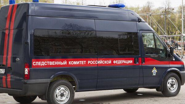 Машина Следственного комитета РФ на месте обрушения на детей металлической конструкции сцены у дома культуры в Перми. 24 мая 2017