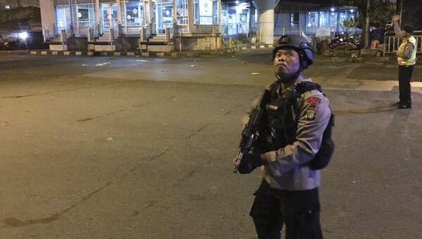 Сотрудник полиции на месте взрыва у автобусной станции на востоке Джакарты, Индонезия. 24 мая 2017