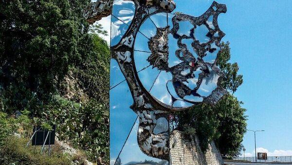 Монумент, посвященного саммиту G7 скульптора Нино Уккино
