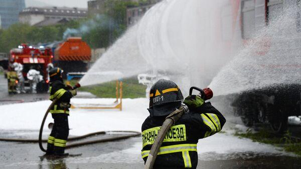 Сотрудники МЧС России во время тушения пожара на железнодорожном транспорте