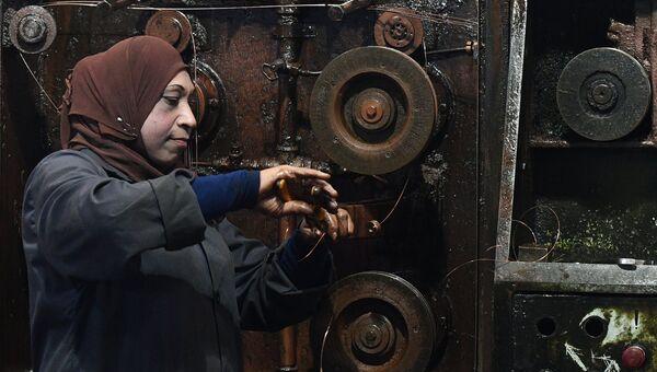 Женщина в цехе государственного завода по изготовлению электрических кабелей в южном пригороде Дамаска