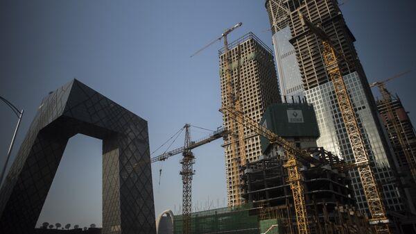 Высотные здания на этапе строительства вблизи Центрального делового района Пекина. 26 мая 2017