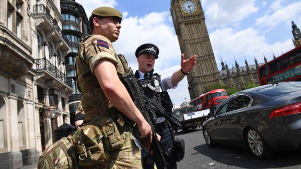 Британские полицейские и военные у здания Парламента в Лондоне. 24 мая 2017