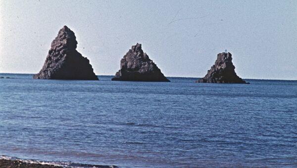 Скалы Три брата у побережья Сахалина