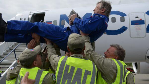 Сотрудники Иркутского авиационного завода качают на руках тест-пилота после успешного первого полета нового российского пассажирского самолета МС-21