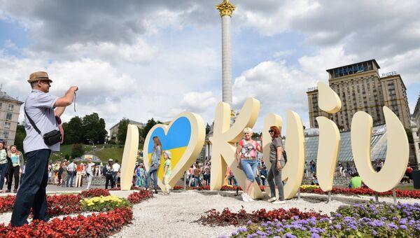 Люди фотографируются у инсталляции в Киеве во время празднования Дня города. Архивное фото