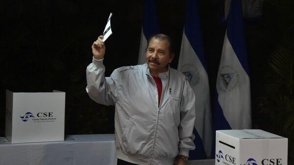 Президент Никарагуа Даниэль Ортега участвует в голосовании во время президентских выборов. 6 ноября 2016 года