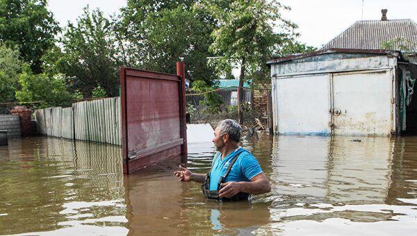 Житель поселка Левокумка Ставропольского края, пострадавшего в результате паводка. Архивное фото