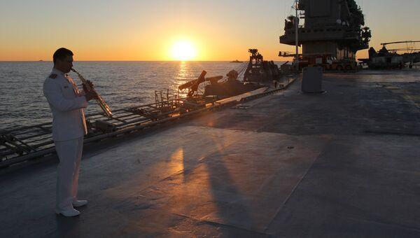 Военнослужащий на палубе тяжелого авианесущего крейсера Адмирал Кузнецов в Средиземном море