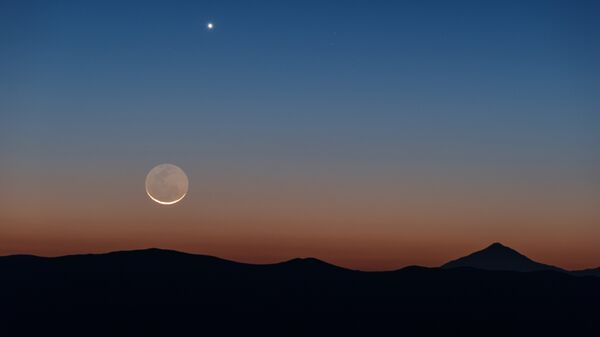 Снимок Луны и Венеры