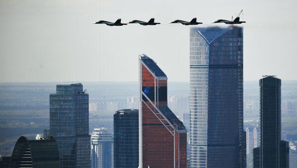 Истребители-бомбардировщики Су-34 на репетиции воздушной части парада Победы в Москве